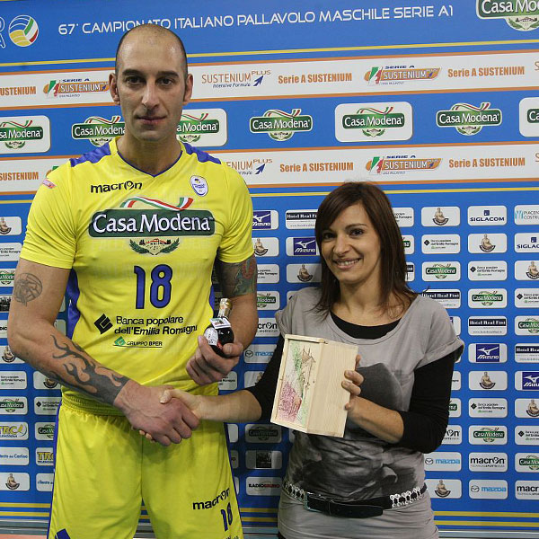 Marco PISCOPO di Casa Modena - Premiato con una confezione di ABTM Extravecchio 150° Unità d'Italia da Arianna Martinelli di (Martinelli Macchine Utensili).
