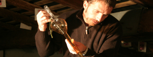 operazione di travaso del balsamico all'ACETAIA DEL CRISTO